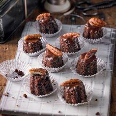 """Mini-Pekan-Brownies - """"Der Brownie ist eine amerikanische Erfindung mit wenig Mehl, dafür viel Schokolade (bei uns Zartbitter), Zucker und Butter. Zum Fest bringen wir ihn in Küchleinform"""""""