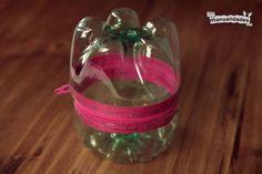 Si quieres reciclar, aquí tienes varias ideas para hacer manualidades con botellas de plástico. Además, son especialmente manualidades para niños.