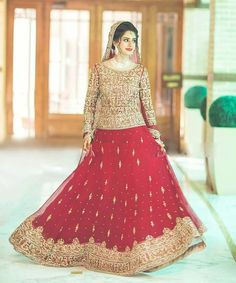 These contrast are so common yet looks nice Shadi Dresses, Pakistani Dresses Casual, Pakistani Wedding Outfits, Indian Bridal Outfits, Pakistani Wedding Dresses, Pakistani Frocks, Punjabi Wedding, Bridal Mehndi Dresses, Beautiful Bridal Dresses