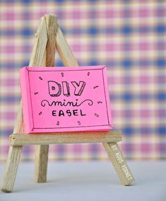 Hi! Over pinterest!, I saw this picture after a time to bring a truly easy tutorial of the way to create a mini easel and I was the tutorial on the best way to create the mini easel, Because I've n...