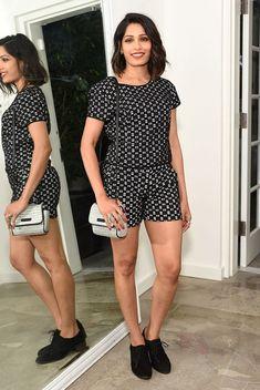 Look de Freida Pinto com macaquinho preto e branco e oxford.