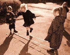 du jeu de l'élastique, incontournable passe- temps de la récré ! Antique Photos, Vintage Photos, How Old Am I, Vintage Children Photos, Good Old Times, The Old Days, Time Capsule, Adolescence, Back In The Day