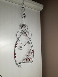 ✳+Andílek+vánoční+...+je+vyroben+z+černého+žíhaného+drátu.+Výška+andílka+je+25cm.+Určeno+do+interieru. Christmas Trimmings, Fabric Christmas Ornaments, Wire Ornaments, Handmade Christmas, Christmas Crafts, Feather Crafts, Wire Crafts, Metal Jewelry Making, Wire Jewelry