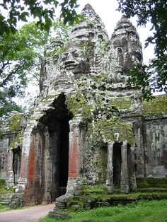 The north gate to Angkor Thom Temple, Cambodia (by Pigalle).