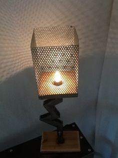 Lampe a la courbe industrielle lampe style industriel en for Lampe sur pied industriel