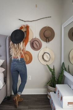 DIY hat organizer (With images) Home Bedroom, Bedroom Decor, Bedrooms, Hanging Hats, Hat Hanger, Hat Organization, Hat Storage, Diy Hat, Outfits With Hats