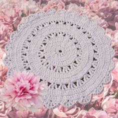 Kätevä ja kaunis koko. Klassinen malli elää omaa elämäänsä muodeista välittämättä. Malli, Crochet Designs, Carpet, Rugs, Handmade, Home Decor, Farmhouse Rugs, Hand Made, Decoration Home