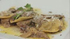 ravioli al cinghiale con salsa al tartufo e funghi porcini sono un piatto ricco: lo chef Giovanni Milana mostra come si preparano.
