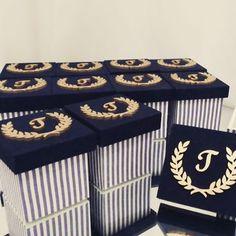 Mimos de caixa.  Lindas caixas decoradas para lembrança de nascimento.  Mais um mimo do Thiago.  #caixadecorada  #caixalembrancinha #caixanascimento #lembrancinhanascimento #lembrancinhamenino Baby Shower Giveaways, Decorative Boxes, Scrap, Gift Wrapping, Wood, Party, Ideas, Crafts, Diana