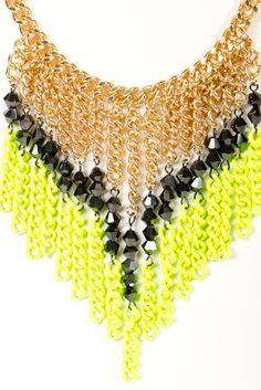 Me gusta el dorado con el neón. Este collar se ve muy bien con un vestido de cuello redondo.