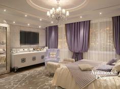 Спальня в стиле арт-деко наполнена светом, теплом, уютом. Потолок с изящной люстрой и точечной подсветкой, светлые стены, грамотно подобранный декор и нотки сиреневого цвета в оформлении окон создали эту гармонию.