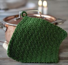 Inte för stel och lagom tjock så det känns tryggt – vi pratar förstås om den perfekta grytlappen! Virka den själv och ge till någon du tycker om! Giant Stitch, Yarn Crafts, Diy And Crafts, Knitting Patterns, Crochet Patterns, Crochet Ideas, Diy Mode, Crochet Kitchen, Textiles