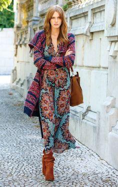 8 looks vibes 70´s para te inspirar. Maxi cardigã, vestido logo com estampa cigana, ankle boot caramelo