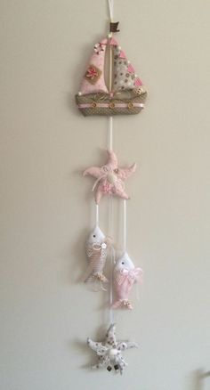 ▷ Make ideas and inspirations for maritime ▷ Ideen und Inspirationen für maritime Deko basteln wall decoration handicraft decoration elements sewing fish and sailing ship - Decor Crafts, Diy Crafts, Sewing Crafts, Sewing Projects, Fabric Fish, Creation Couture, Beach Crafts, Fabric Scraps, Handmade Crafts