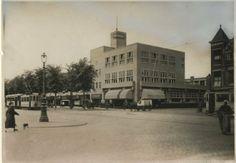 Laan van Meerdervoort hoek Fahrenheitstraat. Rechts een Scheveningse vrouw. ca 1930 #ZuidHolland #Scheveningen