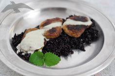 Polędwica wieprzowa marynowana w sherry podana na czarnym ryżu z sosem z gorgonzoli