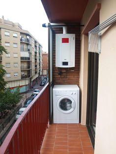 la terraza, donde se encuentra la caldera y la lavadora, adecuadamente protegidas para su ubicación exterior