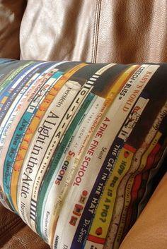 Traiga su biblioteca a su sofá con esta almohada estante personalizada.   27 DIY increíblemente inteligentes que todos los amantes de libros necesitan