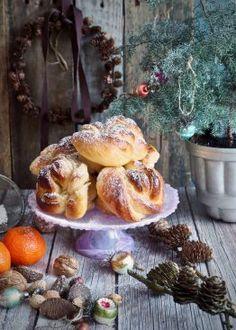 Juleboller med marsipan og sukat Vegan, Baking Recipes, Muffin, Xmas, Breakfast, Desserts, Christmas Recipes, Scandinavian, December