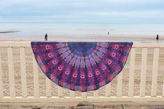 Drap de plage rond inspiré des magnifique mandalas indien.    Parfait en guise de paréo, pour faire du yoga, pour un pique-nique ou même pour décorer votre intérieur posé sur un canapé, sur un lit ou bien accroché à un mur. Ce drap vous accompagnera partout. Parfait, Beach Mat, Outdoor Blanket, Tapestry, Home Decor, Mandalas, Indian, Wall, Hanging Tapestry
