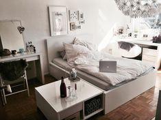 Wunderschönes, Helles WG Zimmer Mit Einem Großen Gemütlichen Bett. Weiße  Möbel Mit Echtholz Parkett. #solebich #meinzimmer #gemütlich #einrichtung #  ...