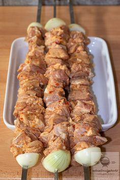 Russian skewers - cooked quickly - the Russian grill skewers straight from the grill together with the vinegar onions. Then there is mo - Bbq Grill, Grilling, Homemade Fried Rice, Chicken Tikka Masala, Party Buffet, Masala Recipe, Aioli, Finger Foods, Carne