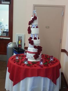 Hermoso Pastel de Bodas de Plata con unas rosas rojas muy bonitas un patel unico, elegante.