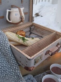reused old suitcase as picnic basket diy upcycling ideas