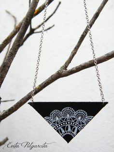 Gargantilla de cuero pintado a mano crochet por EvitaPulgarcita