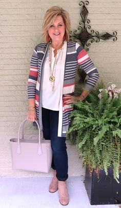 Transition outfit summer to fall dress in layers fashion over 40 for the ev Clothes For Women Over 50, Fashion For Women Over 40, 50 Fashion, Women's Fashion Dresses, Look Fashion, Autumn Fashion, Fashion Trends, Fashion Ideas, Ladies Fashion