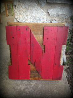 Nebraska Husker Red 'N' recycled pallet sign, expect Mizzou! Pallet Crates, Pallet Art, Wood Pallets, Pallet Letters, Pallet Wood, Pallet Ideas, Diy Projects To Try, Wood Projects, Wood Crafts