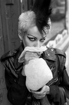 We spent a night at the pub in Soho with british photographer Derek Ridgers talking about photography, London youth subcultures, music, style & nostalgia. Chica Skinhead, Skinhead Girl, Vintage Goth, Punk Rock, Rockabilly, God Save The Queen, Moda Punk, Arte Punk, Attitude
