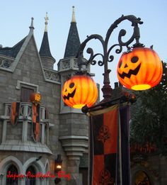 Pumpkin lamp posts - Could be done with a fancy yard light and pumpkin candy bucket Japan Australia: September 2011