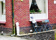 Un poblet d'Holanda, amb un ninot a la finestra simulant un nen.