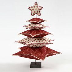 13614 Een kerstboom van sterren van vilt op een metalen voet