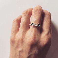 Stříbrné mističky místo kamínků... #jewellerybyradkahlavackova #prsten #stribrnesperky #ring #blackandwhite #silverring