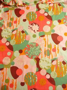 Ein wunderschöner amerikanischer Designerstoff.   Der amerikanische Designerstoff ist aus reiner Baumwmolle.   Der Baumwollstoff ist blickdicht.   Die Blumen auf dem Baumwollstoff sind riesig und ein Rapport ist 44 cm hoch.   Der größte Kreis hat einen Durchmesser von ca. 23 cm     Aus dem amerikanischen Designer Stoff können nicht nur Patchworksachen hergestellt werden sondern auch Kinderkleider, Taschen, Blusen, Kissen,Bettwäsche, Gardinen, Hemden und vieles mehr.