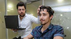 Yaşar Üniversitesi öğrencileri, beyin dalgalarıyla kontrol edilebilen tekerlekli sandalye üretti. Bu icat, Türkiye'deki 1 milyonun üzerindeki felçli hastaya umut ışığı olacak.
