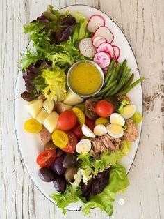 Ensalada Niçoise: variada, colorida, fresca, versátil y deliciosa. Receta en www.espacioculinario.cl