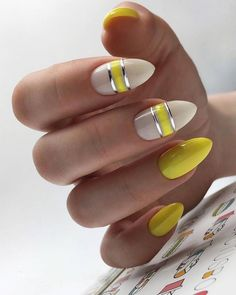 The advantage of the gel is that it allows you to enjoy your French manicure for a long time. There are four different ways to make a French manicure on gel nails. Yellow Nails Design, Yellow Nail Art, Neon Yellow Nails, Spring Nails, Summer Nails, Cute Nails, Pretty Nails, Hair And Nails, My Nails