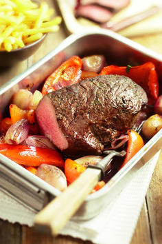 Roast beef with shallots and peppers - Recipe Guide Easy Holiday Desserts, Holiday Recipes, Dinner Recipes, Aioli, Meat Love, Food Porn, Holiday Dinner, Pork Loin, Food Gifts