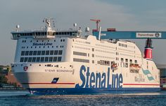 Stena Scandinavica / Die Fähre nach Göteborg verlässt den Kieler Hafen. Das Schiff ist 176 Meter lang, 43,5 m hoch und 30 m breit und hat einen Tiefgang von 6,7 Metern. Die zwölf Decks (davon vier Autodecks) umfassende Fähre nimmt bis zu 1.700 Passagiere sowie 600 Pkw oder 80 Lkw auf. Die Besatzungsstärke liegt bei circa 130 Personen.