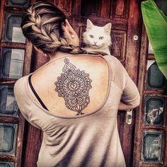 """Essa tatuagem foi feita por <a href=""""http://instagram.com/anselmoaraujo"""">@anselmoaraujo</a>! Adoramos a foto e o gato ;)"""