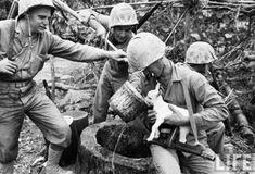 Este grupo de soldados demonstrou ter bondade no coração ao dar a um filhotinho de bode algo para beber, em plena Batalha de Okinawa.