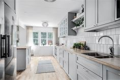 Red kitchens: see 65 ideas and designs with color - Home Fashion Trend Grey Ikea Kitchen, Ikea Galley Kitchen, Galley Kitchen Design, Grey Kitchen Designs, Rustic Kitchen, Ikea Kitchen Lighting, Kitchen Design Software, Condo Kitchen Remodel, Light Grey Kitchens