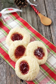 Delicious Coconut and jam cookies, a very easy to make recipe, and ideal around Christmas time, but that can be enjoyed throughout the year as well. Jam Cookies, No Bake Cookies, Easy Food To Make, How To Make Cookies, Food Print, Cheesecake, Coconut, Tasty, Baking