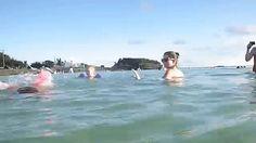 Mamá posa para la foto con su hija en la playa. Ahora mira bien lo que aparece detrás de ellas