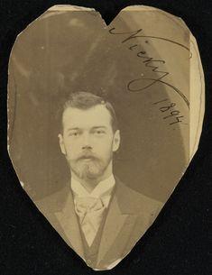 Czarevich Nicholas, depois, Nicolau II, em abril de 1894. Ele está olhando para a câmera e não há uma entrada por trás. A fotografia foi cortado em forma de coração e assinado 'Nicky 1894' no canto superior direito.