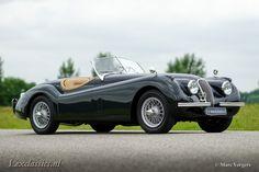 Nieuw in onze showroom, deze geweldige Jaguar XK 120 SE OTS (Open Two Seater) bouwjaar 1954 in de kleur British Racing Green. De Jaguar XK120 was de eerste naoorlogse sportauto die Jaguar produceerde en werd gebouwd van 1948 tot 1954. De concept car van de XK120 was is 1948 te zien op de British international... verander mij in extras.php