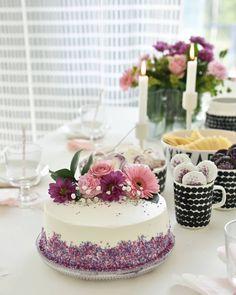 """❤ on Instagram: """"Kukkia kakussa ja kukkia hiuksissa 🌼 Täytekakku sai värikseen vaaleanpunaista ja violettia 💕 Kakun koristelu kukilla on tosi mukavaa 😊 . .…"""" Panna Cotta, Cheesecake, Baking, Ethnic Recipes, Party, Desserts, Instagram, Food, Tailgate Desserts"""
